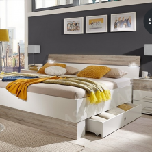 Lacná manželská postel s nočnými stolíkmi